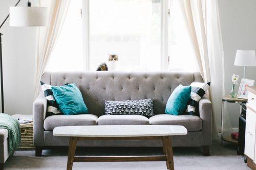 Naudotų baldų aptraukimas naujais audiniais: klientų baldininkams dažniausiai užduodami klausimai